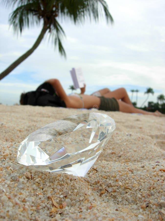 Lettura del diamante alla spiaggia fotografie stock