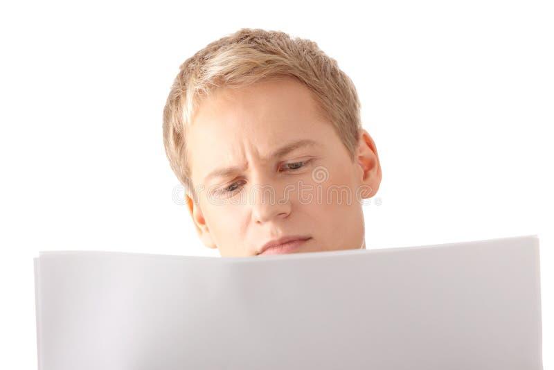 Lettura del documento in bianco fotografia stock libera da diritti