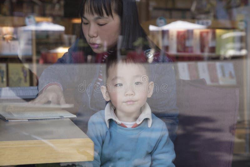 Lettura del figlio e della madre insieme immagini stock