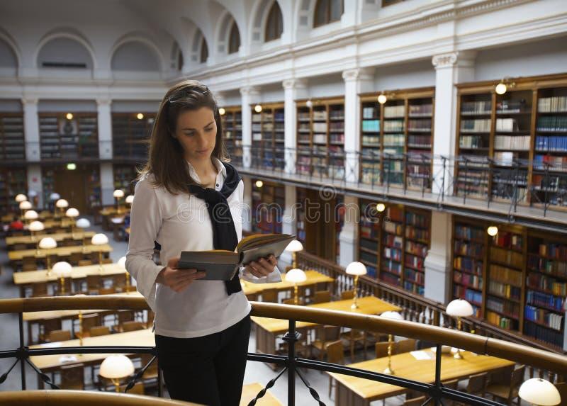 Lettura dell'allievo nella libreria di sopra fotografie stock libere da diritti