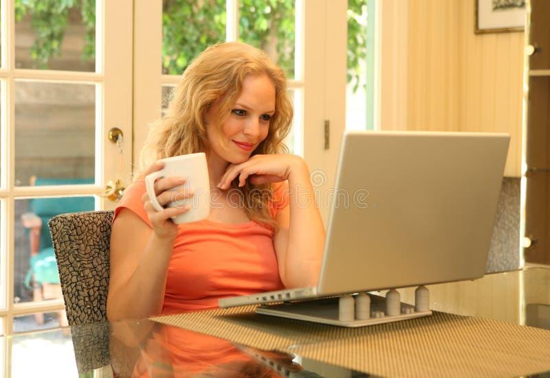 Lettura della donna in linea fotografia stock libera da diritti