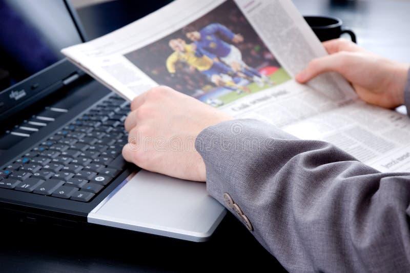 Lettura delle notizie di sport fotografia stock