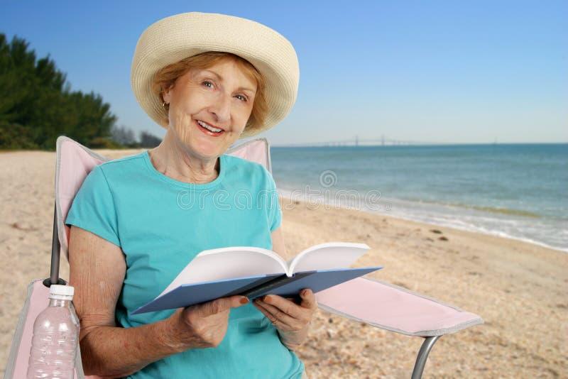 Lettura di estate alla spiaggia fotografie stock