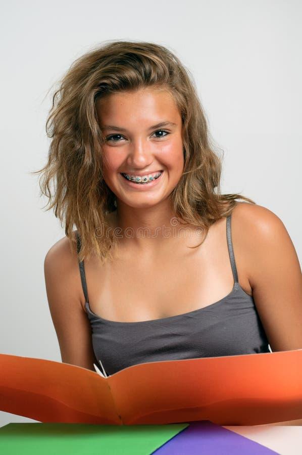 Lettura e sorridere della ragazza fotografie stock