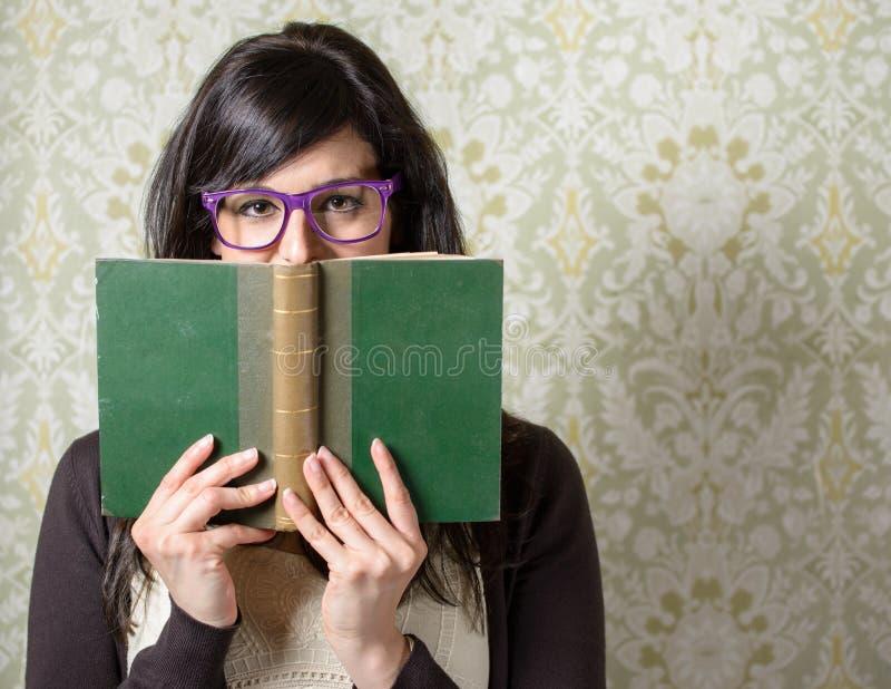 Donna e libro felici di storia immagini stock libere da diritti