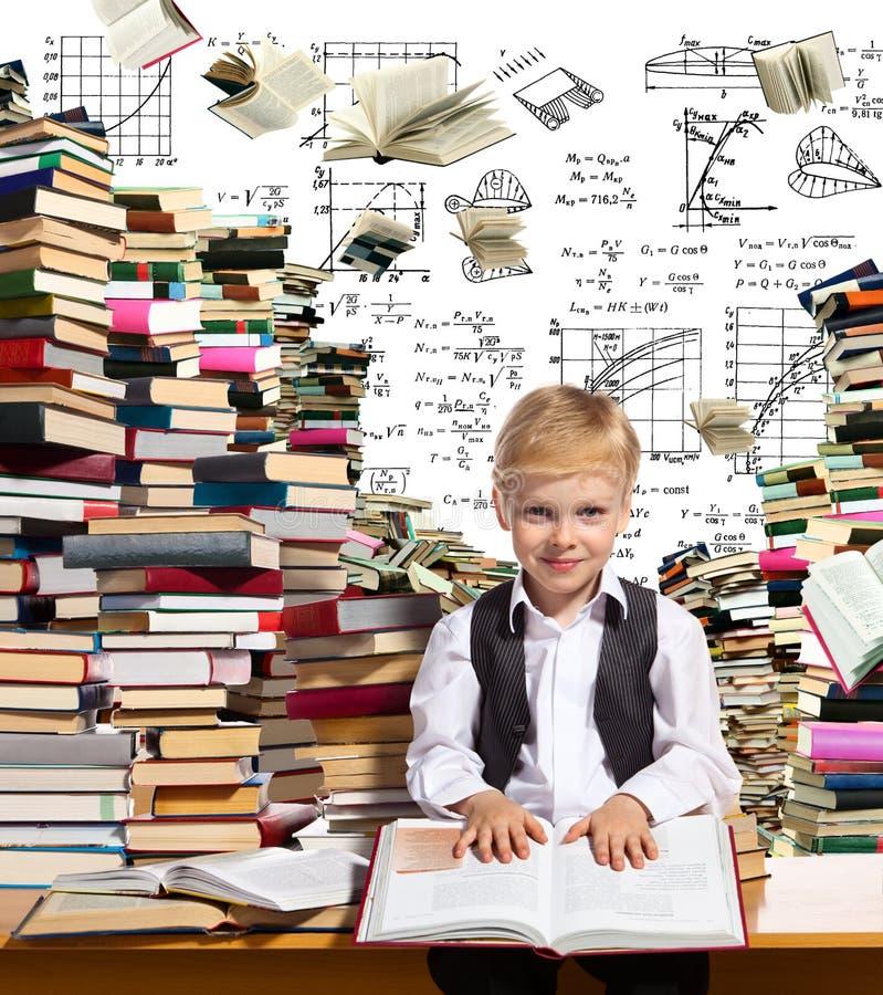 Lettura interessante per i bambini fotografia stock libera da diritti