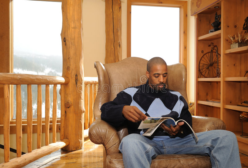 Lettura maschio dell'afroamericano fotografia stock