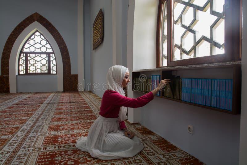 Lettura musulmana Koran della ragazza fotografia stock libera da diritti