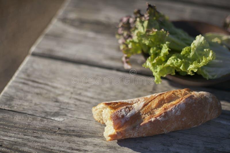 Letuce et pain sur la table en bois Foyer sélectif photos libres de droits