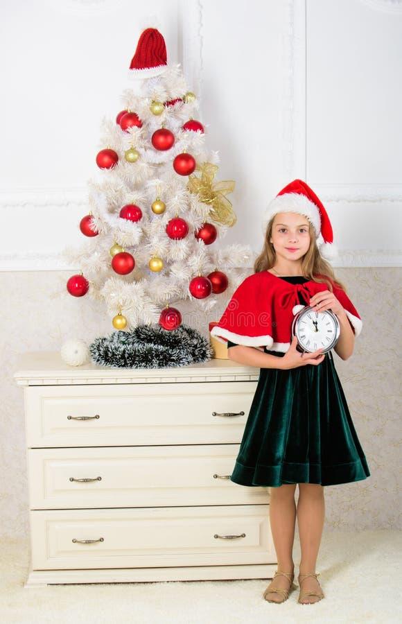 Letzt bis Mitternacht Letzte Sylvesterabende Plan Konzept der frohen Weihnachten Count-down des neuen Jahres Mädchenkind Sankt lizenzfreie stockfotos