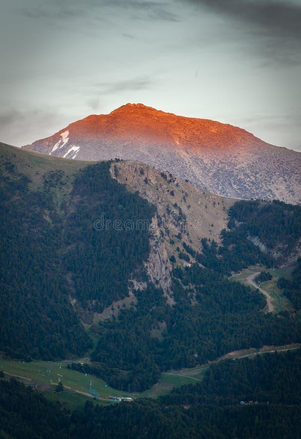 Letzte Sonnenstrahlen belichten Bergspitzen stockfoto