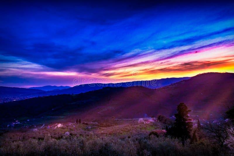 Letzte Sonnenstrahlen in das Tal stockbild