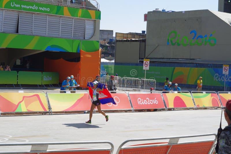 Letzter Athlet von Frauen ` s Marathon laufen an Rio2016 stockfoto