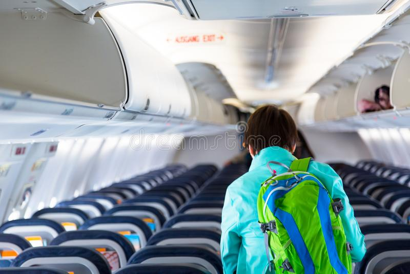 Letzter Passagier, junge erwachsene Frau, die ein Flugzeug lässt stockfoto