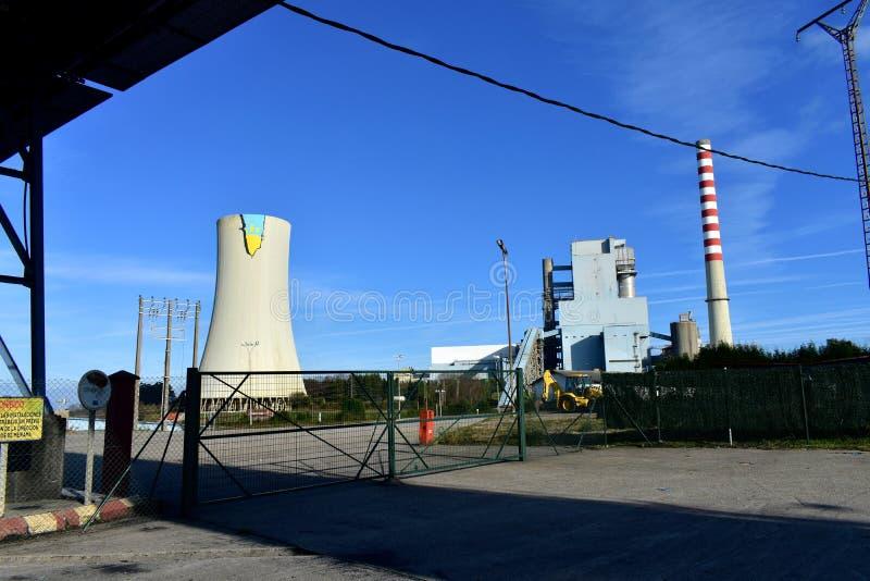 Letzter Termin Meirama-Wärmekraftwerks: Im Juni 2020 Cerceda, Spanien Gebäude und Kamine mit Graffiti von Greenpeace-Aktion lizenzfreies stockbild