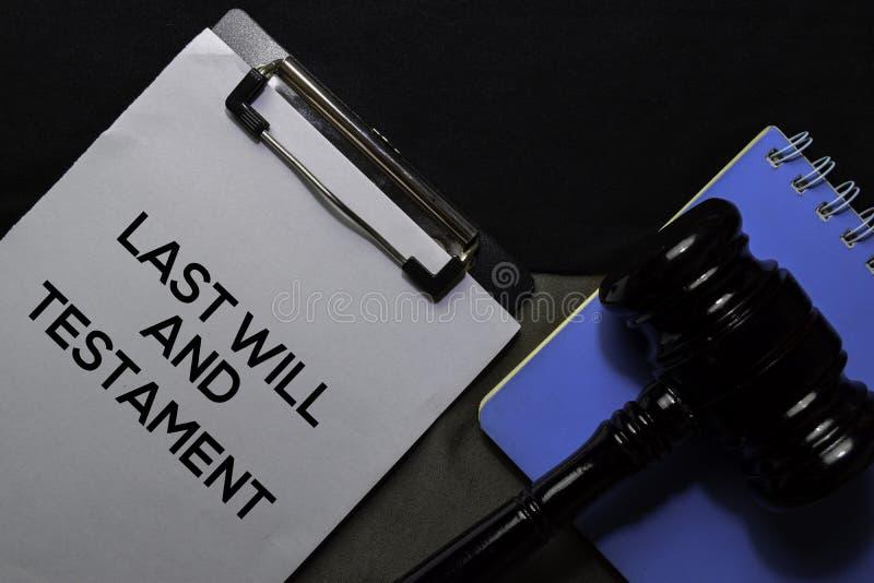 Letzter Wille und Testamenttext auf Dokumenten und Gavel, die auf dem Schreibtisch isoliert sind Rechtsbegriff stockbild