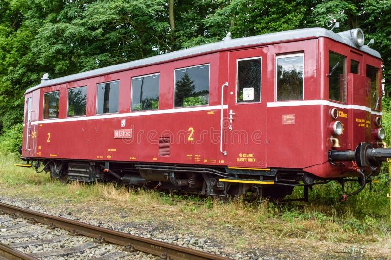 Letztes Fach eines leeren Zugs stationiert auf eine grasartige Bahn lizenzfreie stockfotos