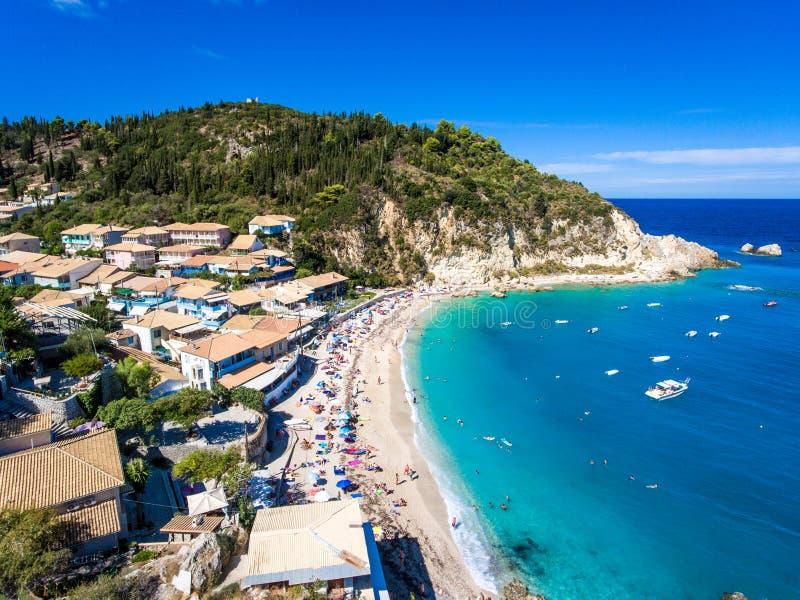 Leucade Agios Nikitas Beach con i turisti sulla spiaggia sabbiosa e fotografia stock libera da diritti