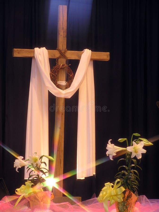 Leuchte auf einem Ostern-Kreuz lizenzfreie stockbilder