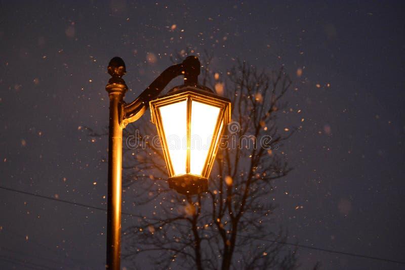 Leuchte in der Dunkelheit stockfotografie