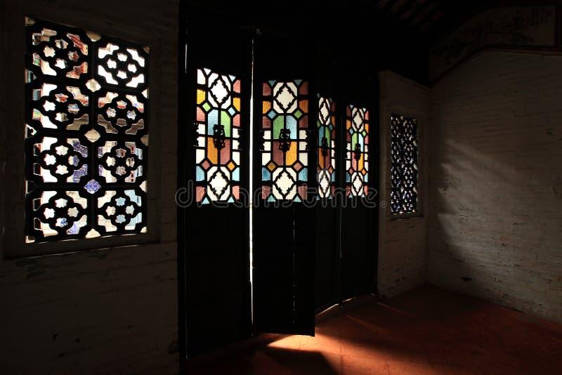 Leuchte durch die chinesische Tür der alten Art lizenzfreies stockfoto