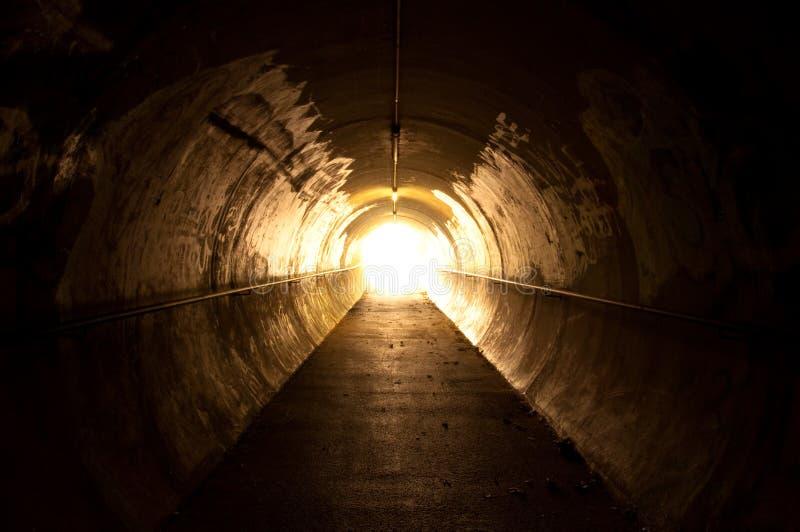 Leuchte am Ende des Tunnels stockfotografie