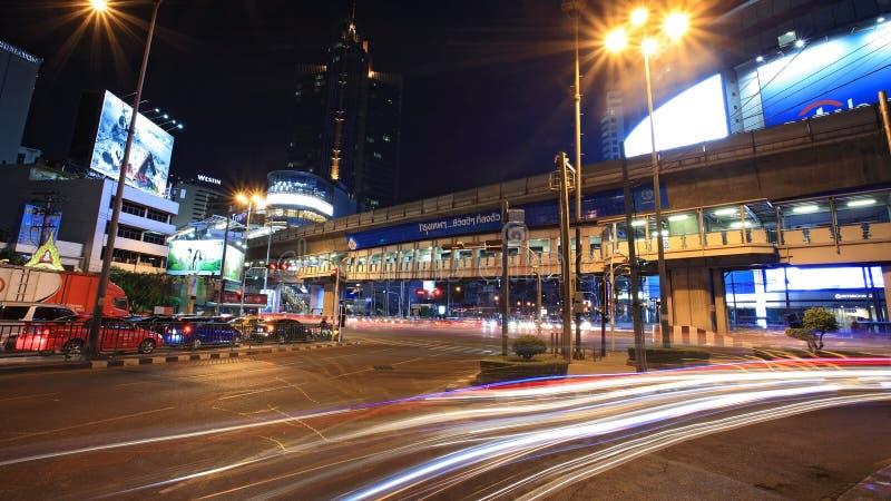 Leuchte schleppt auf Asoke Kreuzung nachts an Januar 18,2013 in Bangkok, Thailand. stockbild