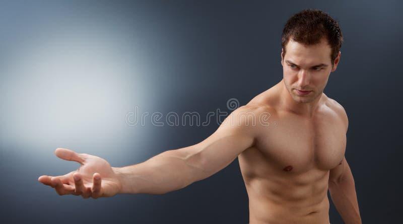 Leuchte und Leistungkonzept - kreativer muskulöser Mann stockfotografie