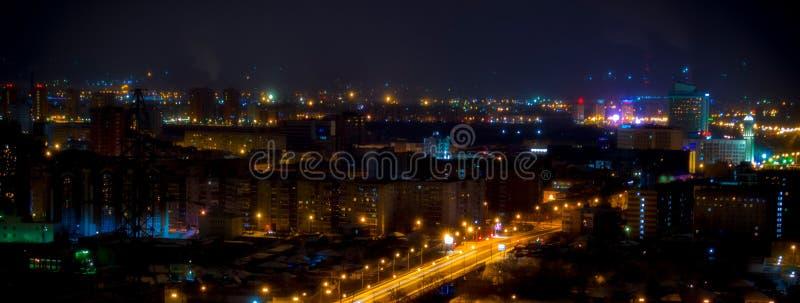 Leuchten der Nachtstadt lizenzfreie stockbilder