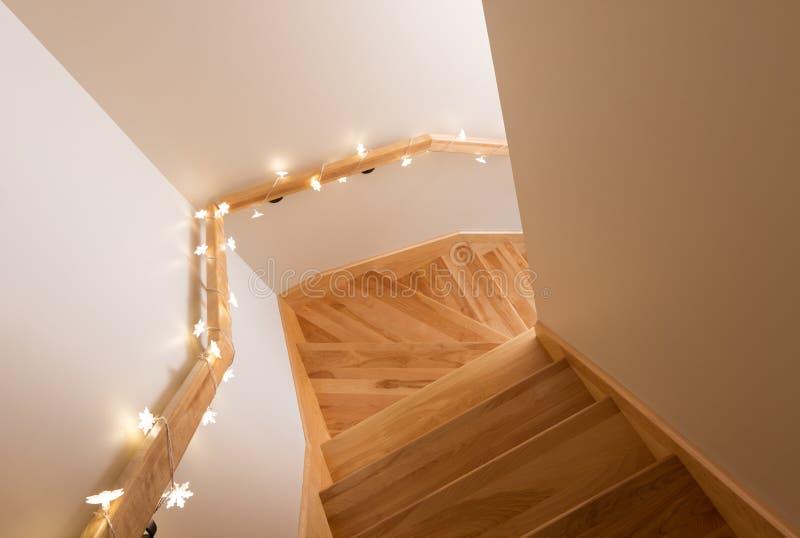 Leuchten, die hölzernes Treppenhaus verzieren lizenzfreies stockfoto