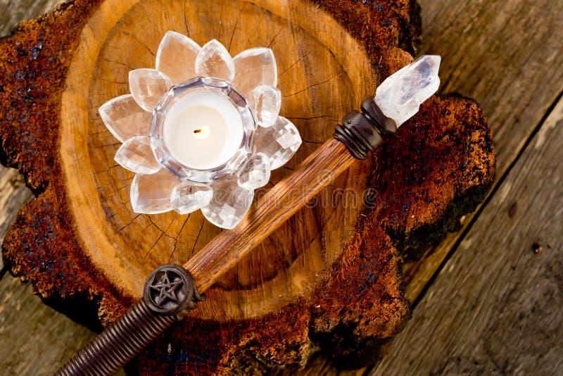 Leuchten Sie Burning im Kristalllotosblumenhalter durch, der auf Kreuz s sitzt stockbild