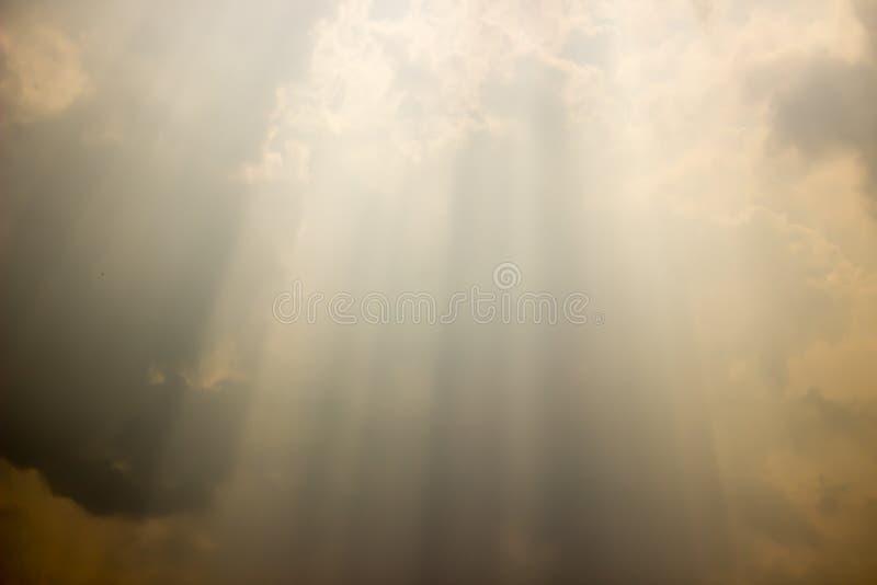 Leuchten Sie dem Himmel oben lizenzfreie stockfotografie