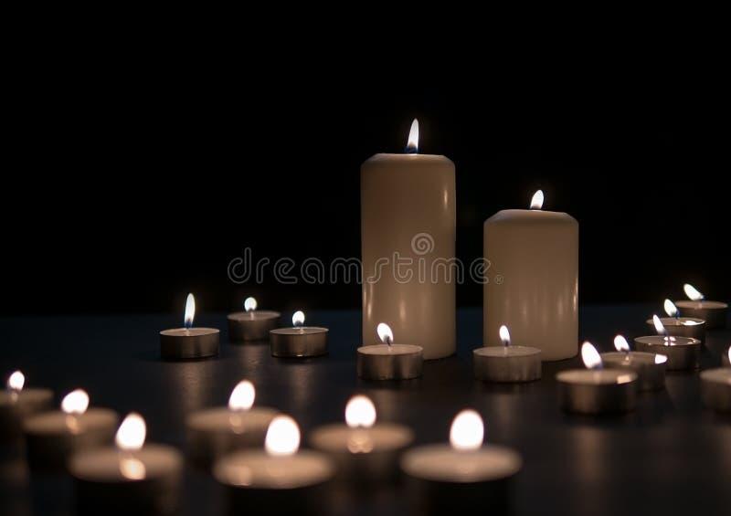 Leuchten Sie Lichter, die Weihnachtskerzen durch, die nachts brennen Auszug leuchtet Hintergrund durch stockfotografie