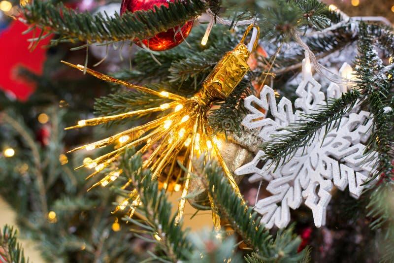 Leuchten am Weihnachtsbaum stockfotos