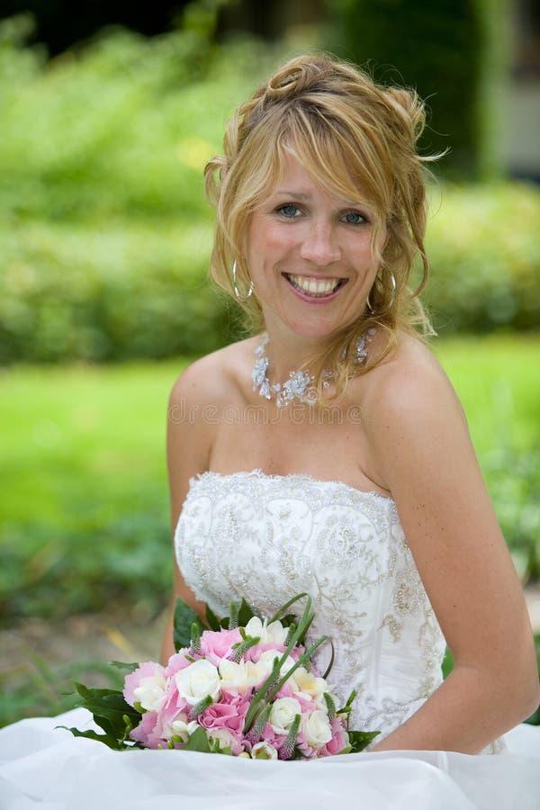 Leuchtende blonde Braut lizenzfreies stockfoto