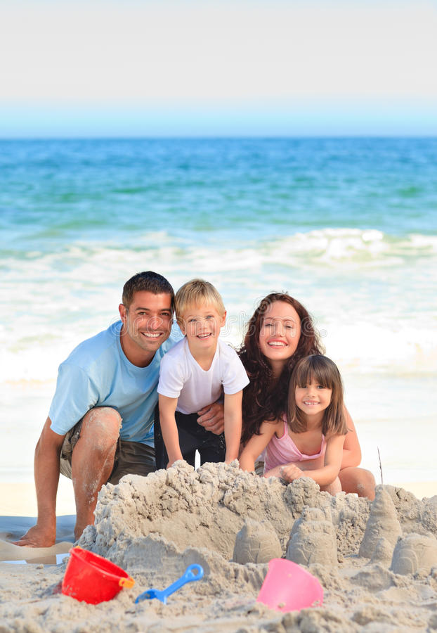 Leuchtende Familie am Strand lizenzfreie stockfotos