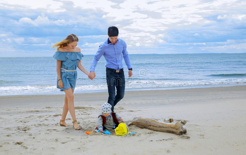 Leuchtende Familie am Strand stockfoto