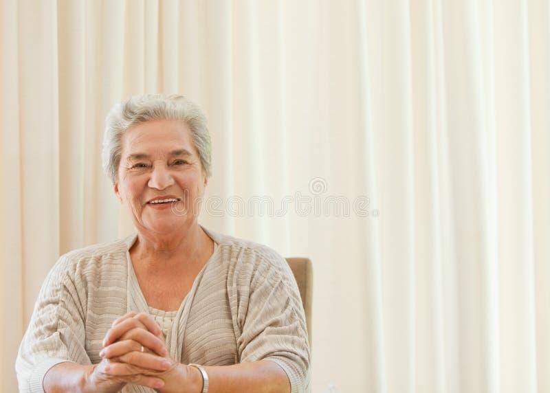 Leuchtende Frau, welche die Kamera betrachtet lizenzfreie stockbilder