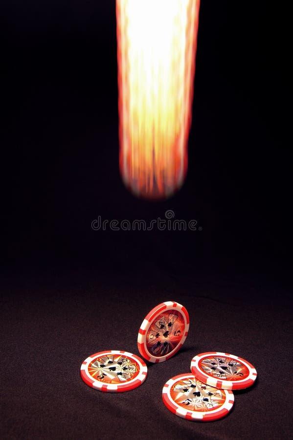 Leuchtender fallender Pokerchip auf schwarzem Hintergrund lizenzfreie stockfotos