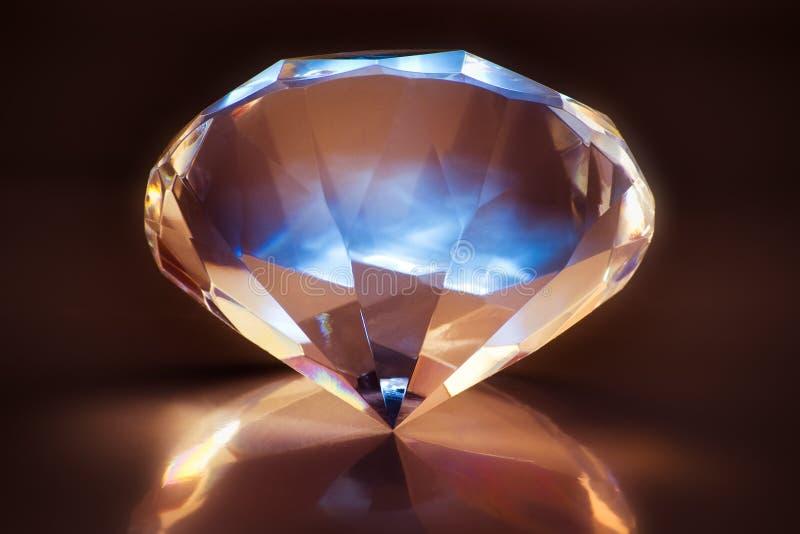 Leuchtender glänzender Diamant lizenzfreie stockbilder