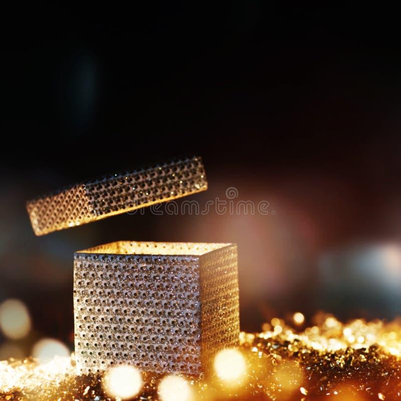 Leuchtendes Überraschungsgeschenk für Weihnachten lizenzfreies stockbild