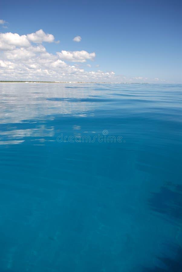 Leuchtendes blaues tropisches Wasser stockfotos