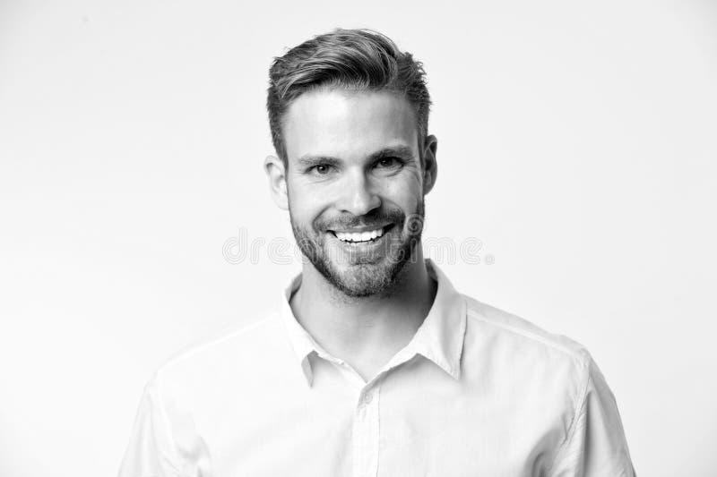 Leuchtendes Lächeln Lächelndes Gesicht des Mannes, das sicher gelben Hintergrund aufwirft Mannshopberater schaut nettes überzeugt stockfotografie