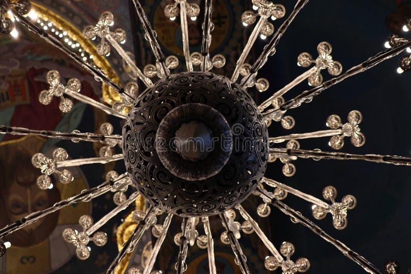 Leuchter in der Blutkirche in St Petersburg im Sommer am Feiertag stockfotografie
