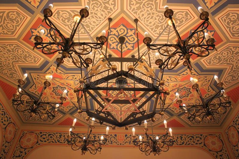 Leuchter in der Synagoge stockfotografie