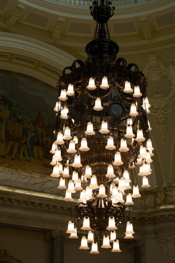 Leuchter in einem Belfast-Rathaus stockfotos