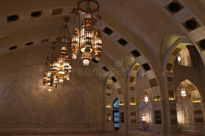 Leuchter erleichtern oben in den Frauen, die Halle beten lizenzfreies stockbild