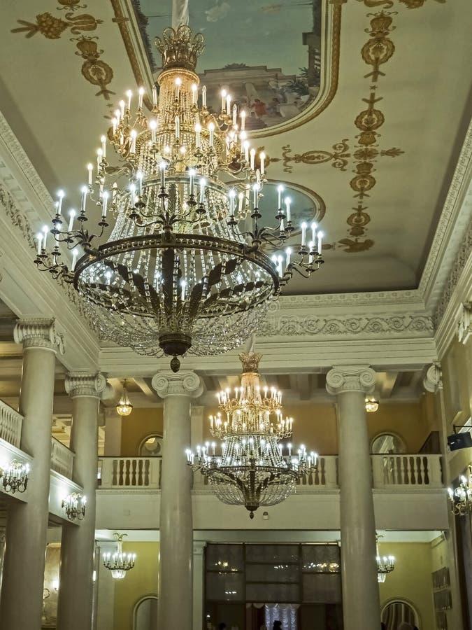 Leuchter im Foyer des Opernhauses stockfotos