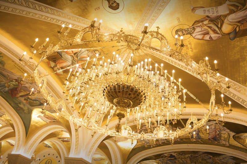 Leuchter im Heiligen Sava Temple In Belgrade, Serbien stockbilder