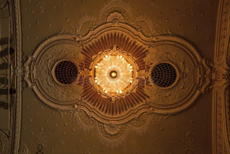 Leuchter im nationalen Theater Riga stockfotos